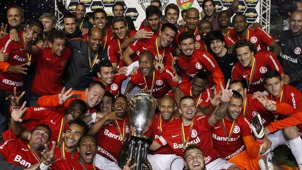 Jogadores do Inter celebram o título gaúcho com a taça em Caxias