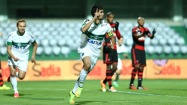 Leandro Almeida comemora o primeiro gol do Coritiba contra o Flamengo