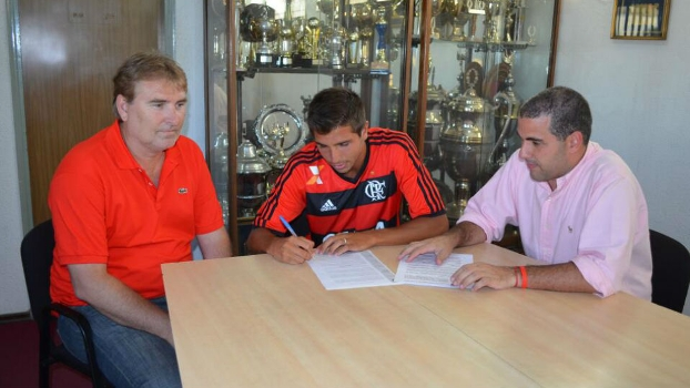 Mugni, já com a camisa do Flamengo, assina contrato com o clube