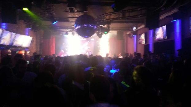 Foto de DJ da boate Kiss mostra o local lotado e, ao fundo, os sinalizadores acesos no palco