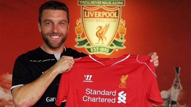 Atacante Rickie Lambert posa com a camisa do Liverpool, seu novo clube