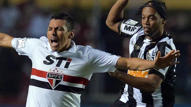 Lúcio marca Ronaldinho Gaúcho em duelo com o Atlético-MG na Libertadores