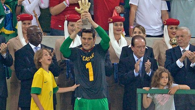 Júlio César homenageou o espanhol Casillas ao receber o prêmio de melhor goleiro do torneio