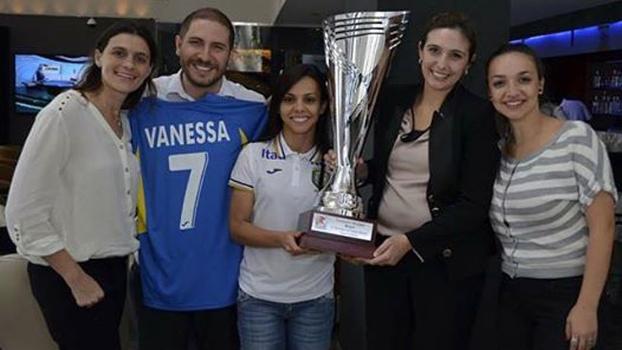 Vanessa, no centro, com membros do banco Itaú