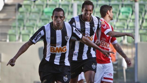Gilberto Silva, de aviãozinho, celebra o seu gol sobre o Tombense