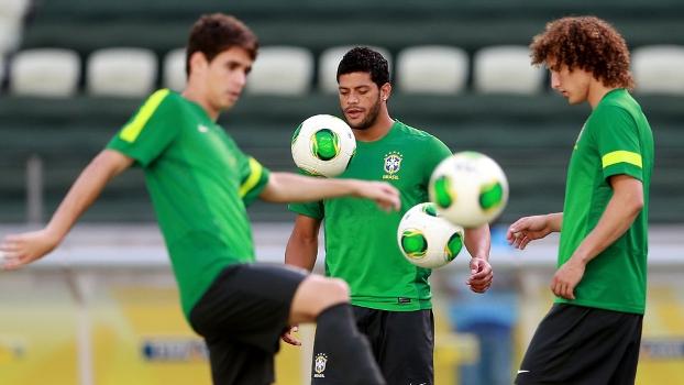 Oscar, Hulk e David Luiz no treino da seleção do Brasil