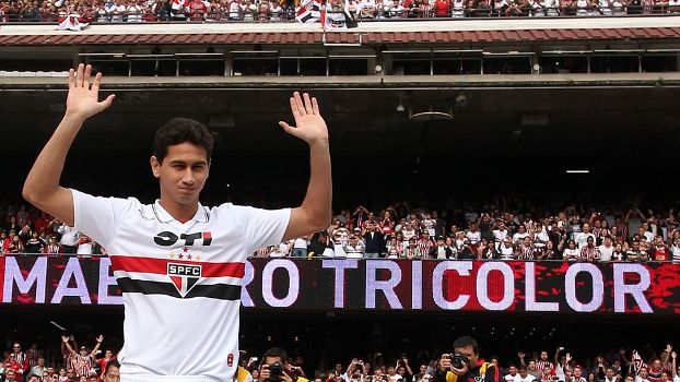 Ganso acena para a torcida; ao fundo, placa eletrônica com os dizeres 'Maestro Tricolor'