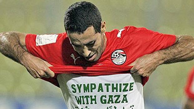 Aboutrika, atacante do Al Ahly, mostra camiseta em apoio à população da Faixa de Gaza
