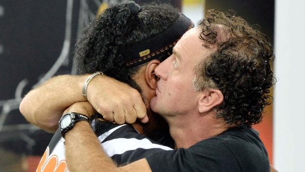 Cuca abraça Ronaldinho depois da conquista da Libertadores