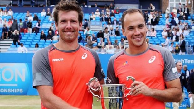 Alexander Peya e Bruno Soares posam com a taça do ATP de Queens, disputado em Londres