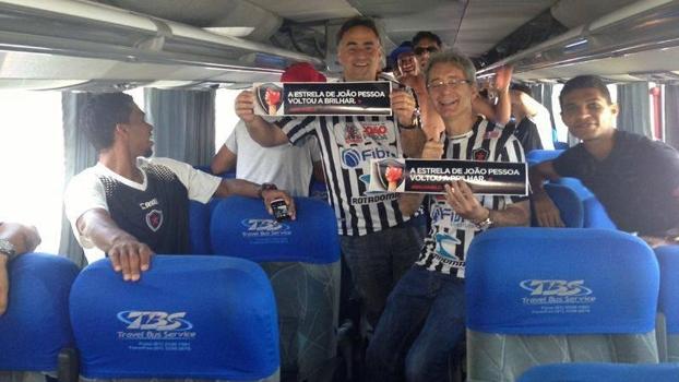 O prefeito de João Pessoa, Luciano Cartaxo, em viagem de ônibus ao lado Botafogo-PB