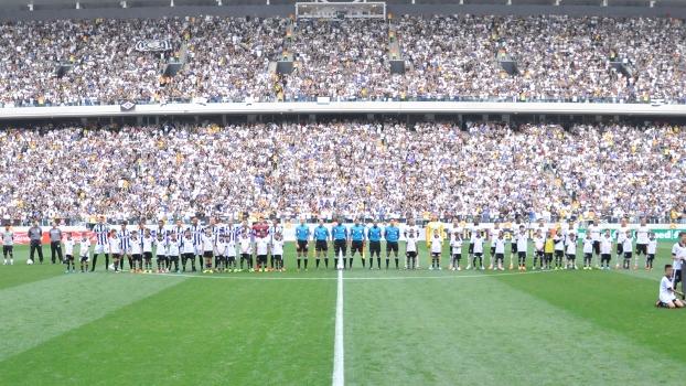 Times se perfilam para o hino brasileiro antes da partida entre Corinthians e Figueirense