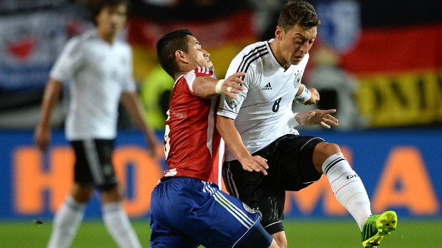 Ozil disputa com Ayala: Alemanha e Paraguai fizeram jogo de muitos gols