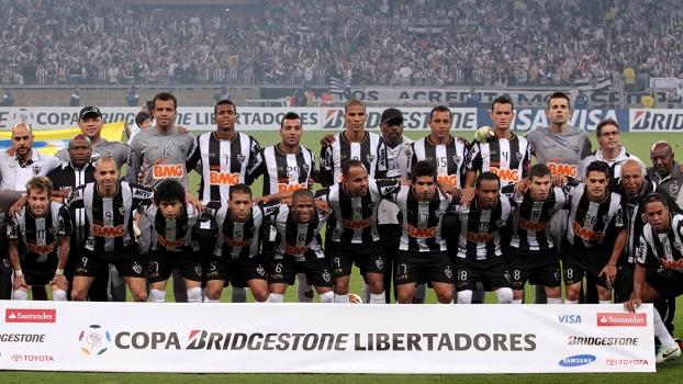 Elenco do Atlético-MG posa para foto antes da partida