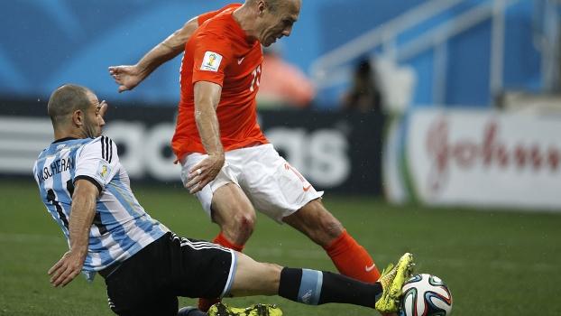 A travada do ano: Robben chuta, Mascherano se estica e corta a melhor chance holandesa
