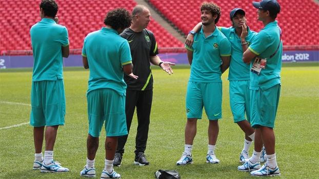 Mano Menezes conversa com jogadores do Brasil em Wembley, palco da final