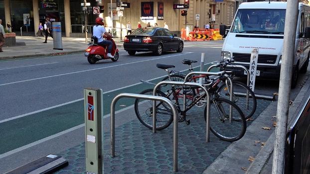 Estacionamento para bicicletas ocupa o que era vaga para carros na Austrália