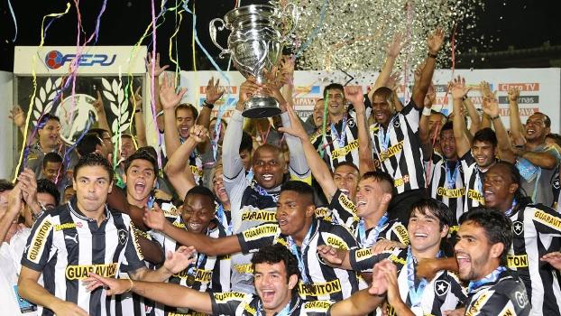 Capitão Jéfferson ergue a taça de campeão do Botafogo