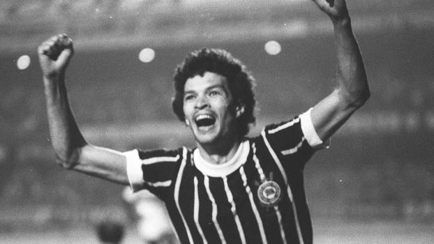 Sócrates, jogador do Corinthians, comemora o seu gol durante a partida contra o São Paulo, válida pelo Campeonato Paulista 1979