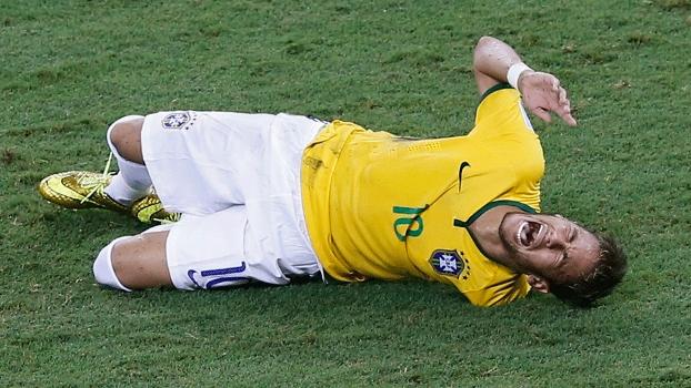Neymar levou pancada nas costas no segundo tempo e precisou ser substituído; o camisa 10 foi levado a um hospital após a partida