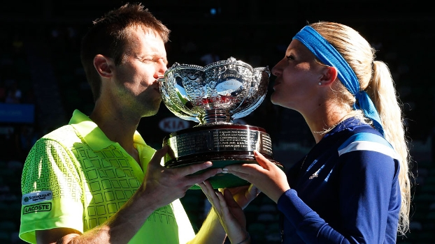 Daniel Nestor e Kristina Mladenovic beijam a taça do Australian Open