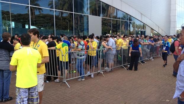 Fila gigantesca para retirada de ingressos em Brasília