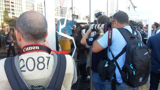6de2ba74af Fotógrafos se espremem em vitrine para registrar a seleção ...