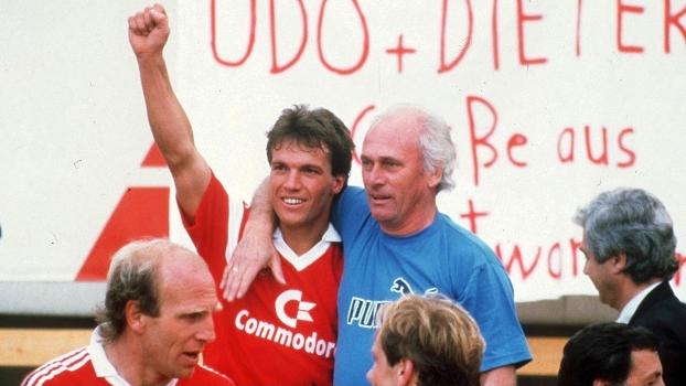 Lothar Matthaus abraça Udo Lattek após título alemão do Bayern de Munique em 1986