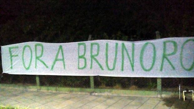 Torcida organizada do Palmeiras faz protesto em frente à casa de Paulo Nobre