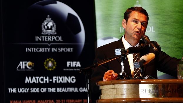 Ralf Mutschke, diretor de segurança da Fifa, fala em reunião em Kuala Lumpur