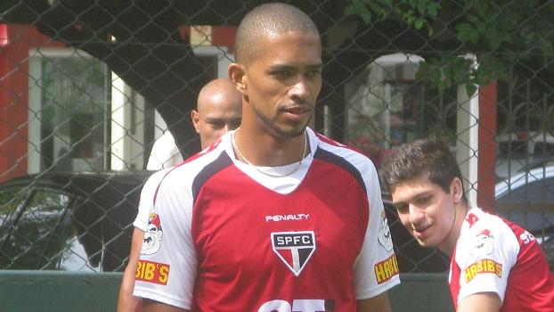 Goiás negocia com lateral Luis Ricardo, diz rádio local
