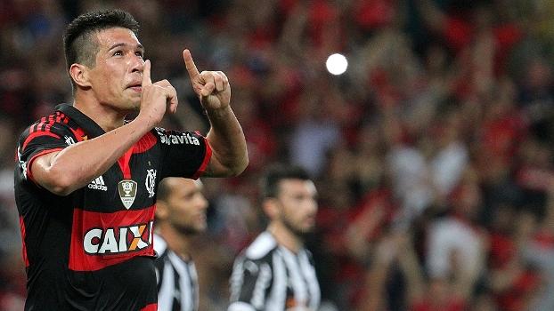 Cáceres comemora ao abrir o placar para o Flamengo sobre o Atlético-MG