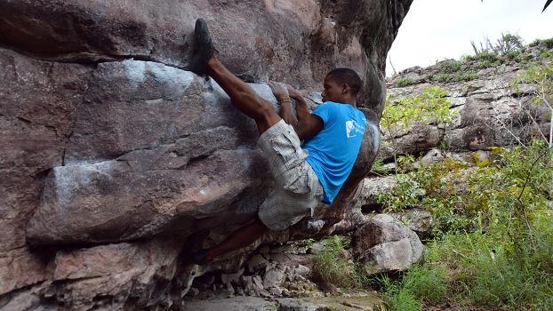 Diego Silva escalando no bloco Denorex, setor do Corredor, Igatú