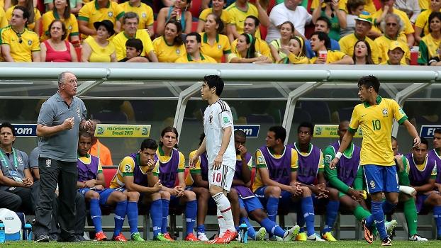 Neymar ouve instruções de Felipão ao lado do camisa 10 japonês, Kagawa