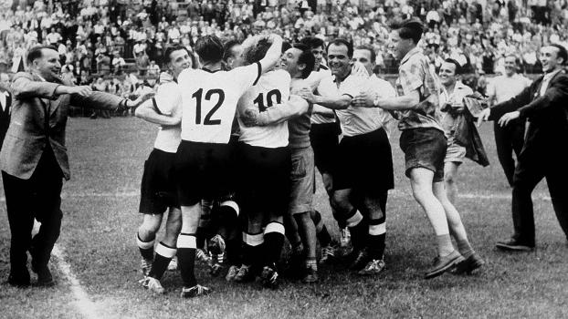 Jogadores da Alemanha se abraçam após o apito final: primeiro título mundial