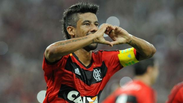 Léo Moura comemora o quarto gol do Flamengo na goleada sobre o Botafogo