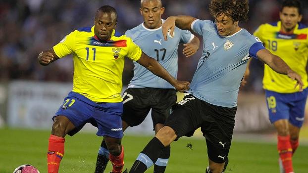 O uruguaio Lugano disputa jogada com o equatoriano Benítez no duelo desta terça em Montevidéu