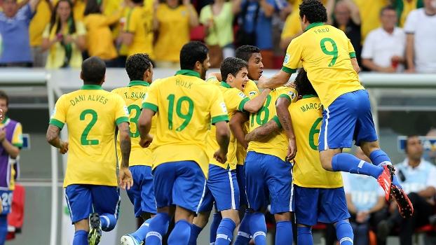 Jogadores comemoram o gol de Paulinho, o segundo do Brasil contra o Japão