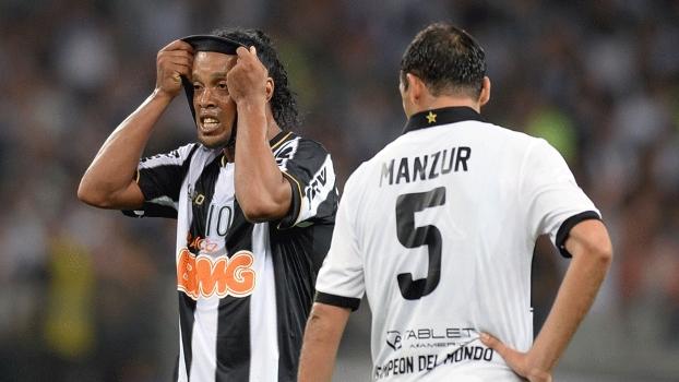 Ronaldinho se desespera durante final com o Olimpia