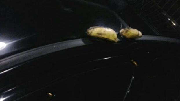 Árbitro Márcio Chagas da Silva tirou foto das bananas jogadas em cima de seu carro