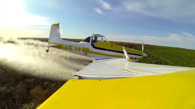 Osmar pulverizando �rea: avia��o radical que ajuda a produ��o agr�cola