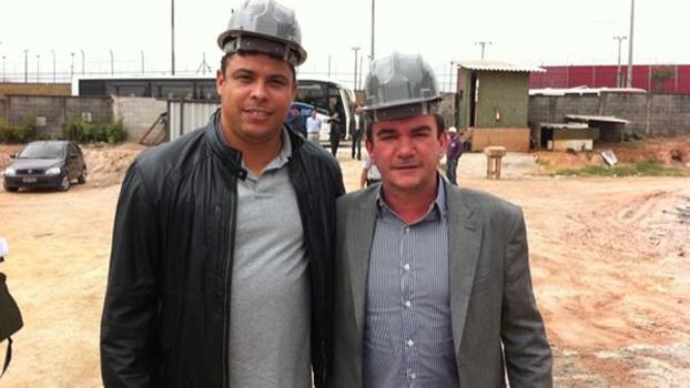 Ronaldo e Andrés nas obras do estádio do Corinthians