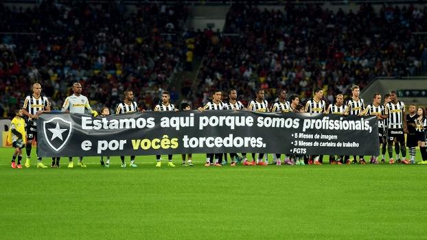 Com salários atrasados, jogadores do Botafogo exibiram faixa antes de enfrentar o Flamengo