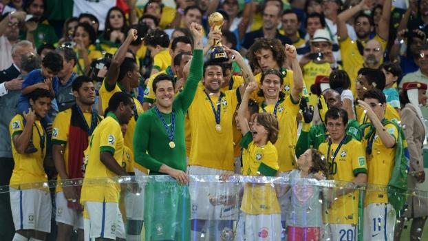 Thiago Silva levanta o trofeu de campeão da Copa das Confederações, no Maracanã