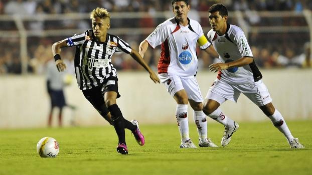 Neymar se livra da marcação dos jogadores do Ituano; atacante acusou técnico rival de racismo