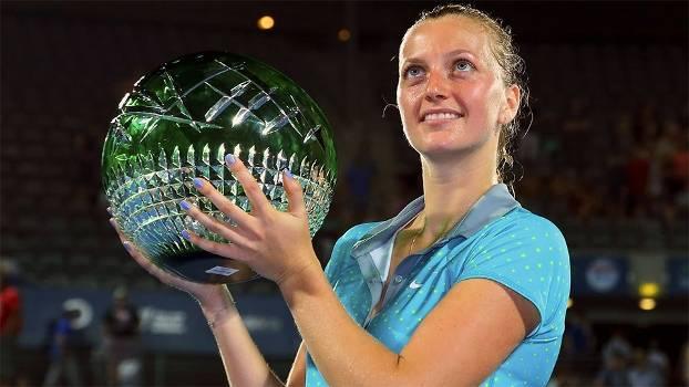 Petra Kvitova posa com o troféu do WTA de Sydney, seu primeiro título em 2015