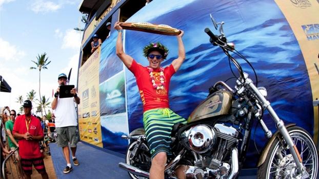 John John surfa ou anda de jet, de moto...