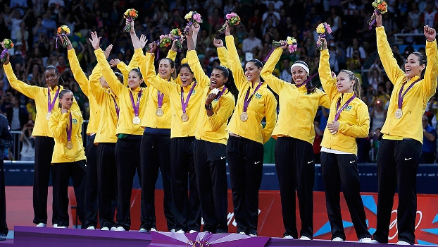 Jogadoras da seleção feminina de vôlei perfiladas no alto do pódio