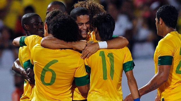 Jogadores comemoram durante a goleada do Brasil sobre a China