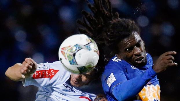 Tinga sobe para cabecear no duelo entre Cruzeiro e Real Garcilaso pela Copa Libertadores